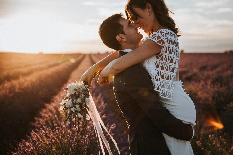 elopement au coucher du soleil dans les champs de lavande en Provence